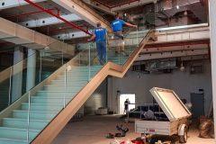 Kaufhaus frei tragende Treppe mit Glas Geländer